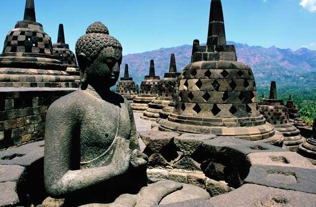 Resultado de imagem para Borobudur, na Indonésia[