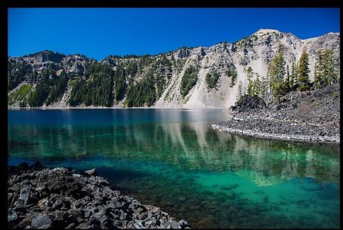 Emerald waters in Fumarole Bay, Wizard Island. Crater Lake National Park, Oregon, USA.